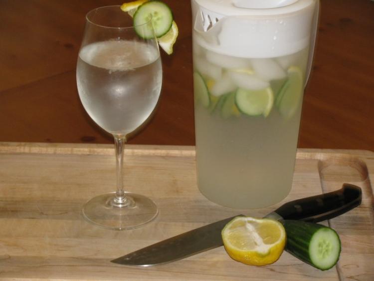 Лимонена вода с краставички